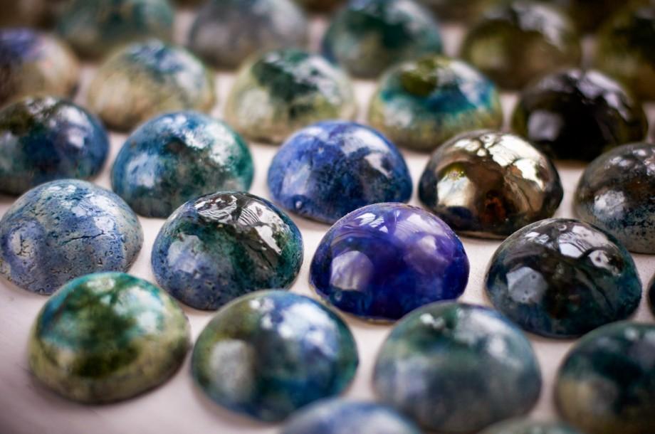 A kék különleges árnyalataiban, színátmenetekkel, kézzel formázott dekor csempék